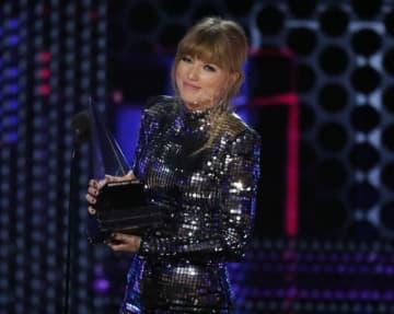 10月9日、米音楽賞アメリカン・ミュージック・アワード(AMA)の授賞式がロサンゼルスで行われ、テイラー・スウィフトが最高賞の「アーティスト・オブ・ザ・イヤー」を含む4部門で受賞した - (2018年 ロイター/Mario Anzuoni )