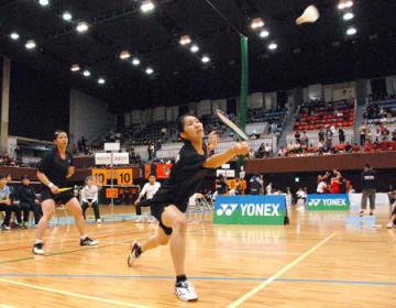 女子団体決勝 ダブルスの2番手でプレーする龍大の野田(右)と毛利=ハンナリーズアリーナ