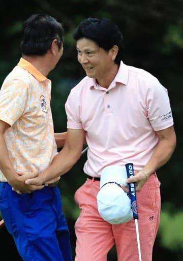 【シニアの部】3人でのプレーオフを制し、初優勝した西村敏彰(右)=18番