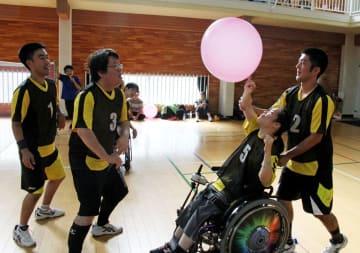 健常者と障害者が協力してプレーするふうせんバレー。相手を思いやる気持ちがなければボールはつながらない=長崎市西山4丁目、ながさきワークビレッジ
