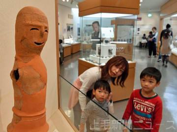 グランプリ決定後、藤岡歴史館の「笑う埴輪」に見入る親子