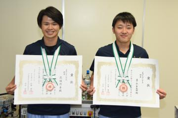 第13回若年者ものづくり競技大会で銅賞を獲得した、筑西産業技術専門学院の花塚悠吾さんと青山幸太郎さん(左から)=筑西市玉戸