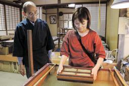 配分や厚さなどを調整しながら試作品を作る辰巳遥さん(右)と奥田好治さん=淡路市長澤