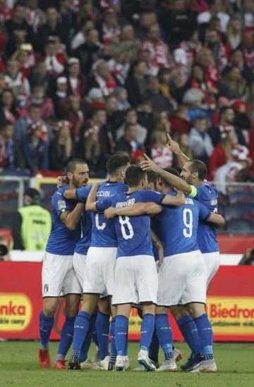 得点を喜ぶイタリアの選手たち=14日、ホジュフ(AP=共同)