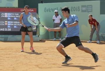 テニス混合ダブルス決勝 コロンビアのペアを破り、金メダルを獲得した内藤(左)、田島組=ブエノスアイレス(共同)