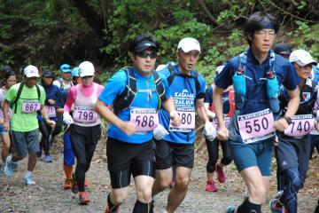 団子石峠から難台山に向かう急坂を駆け抜ける選手=笠間市上郷