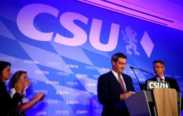 14日、ドイツ・ミュンヘンで、バイエルン州議会選の結果を受けて話すCSU幹部(右から2人目)(ロイター=共同)