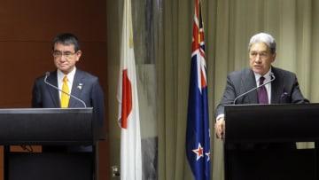 会談後、共同記者会見に臨む河野外相(左)とニュージーランドのピーターズ副首相兼外相=15日、ウェリントン(共同)