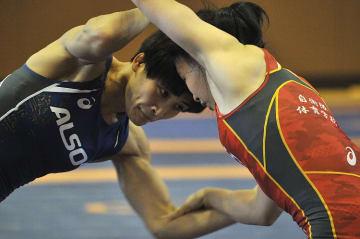 2年2カ月ぶりの実戦となったレスリング全日本女子オープン選手権57キロ級で優勝した伊調馨(左)=14日、静岡県三島市