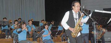 白老吹奏楽団と共演する平原さん