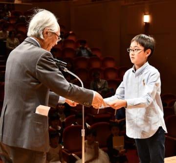 最優秀賞に選ばれ、表彰状を受け取る野原さん