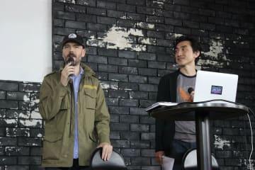 ジュリアン・ギャリティ氏、右は通訳を担当したユービーアイソフトの岩本けい氏