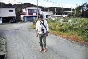 「米谷事件」の現場周辺を歩く工藤隆雄さん=青森市高田小館