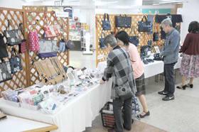 絣着物の小物やクレイアート、エプロンドレスなどが展示、販売されている合同展示会