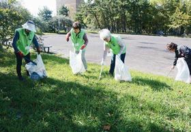 ごみを拾い集める室蘭市ボランティア・アドバイザーの会会員ら