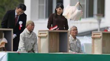10周年記念の放鳥式で眞子さまらが見守る中、木箱から飛び立つトキ=15日正午すぎ、佐渡市の両津運動広場