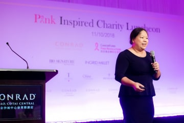 コンラッドマカオで開催された「ピンク・インスパイアード・チャリティランチ」で講演を行うジョイス・サムトウ・ウォン医師(写真:Conrad Macao, Cotai Central)