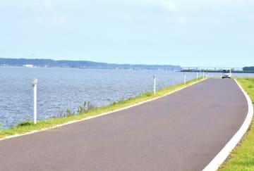 ウルトラマラソンのコースに予定されている北浦湖岸=行方市山田