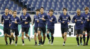 ウルグアイ戦に向け、公式練習で調整する吉田(左端)ら日本イレブン=埼玉スタジアム