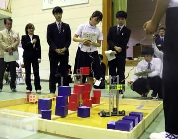 活用部門決勝でロボットの出来栄えを競う生徒=長崎市、三川中体育館