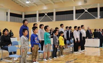 落成式で、校歌を斉唱する児童生徒=佐世保市立黒島小中学校