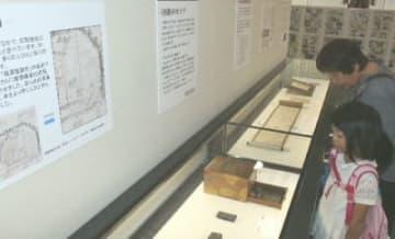 「学問のすゝめ」が生まれた背景や、諭吉と中津との関係性を紹介する史料約50点を展示=中津市留守居町の福沢記念館