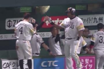 2本目の本塁打を放ちチームメイトに迎えられるソフトバンクのデスパイネ(右)【画像:(C)PLM】