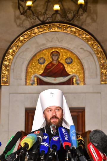 15日、ベラルーシの首都ミンスクで、ロシア正教会の幹部会合の結果を記者団に説明するイラリオン府主教(タス=共同)