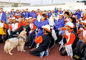 解団式で健闘をたたえ合う愛媛県選手団=福井県営陸上競技場