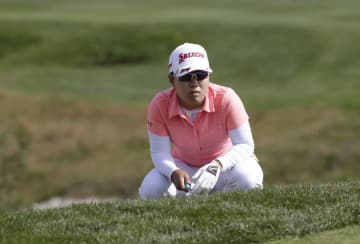 14日、米女子ゴルフのハナバンク選手権最終ラウンドでラインを読む畑岡奈紗=14日、仁川(AP=共同)