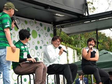 キャプテン翼やサッカーをテーマにしたトークショーに参加した高橋陽一さん(右から2人目)=岐阜市長良福光、岐阜メモリアルセンター