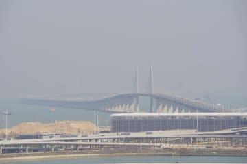 港珠澳大橋。手前がマカオ側出入境施設(資料)=2018年1月-本紙撮影