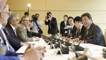 11カ国によるTPP参加国の駐日大使らとの会合で、あいさつする茂木経済再生相(右端)=16日午前、首相官邸