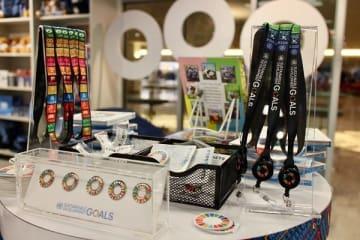 ニューヨークの国連本部の地下にある売店では、さまざまなSDGs関連グッズが販売されている© Kasumi Abe