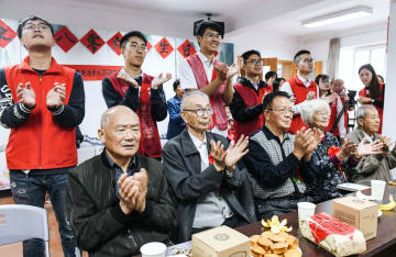 合同誕生日会で重陽節祝う高齢者 浙江省慈渓市