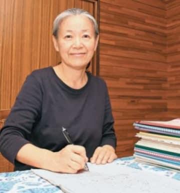 「自分に語り掛けるように書いています。多くの人に読んでもらえたらうれしい」と語る上野真知子さん=大分市ひばりケ丘