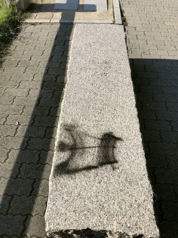 広島・平和記念公園内のベンチに書かれた落書き=15日(広島市提供)