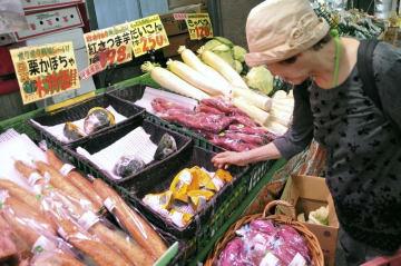 スーパーの野菜売り場=9月、東京都練馬区