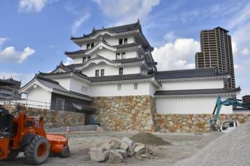 完成が目前となった「尼崎城」=16日午後、兵庫県尼崎市