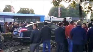 強制の取り壊しに不満?家主の車が作業員らに突っ込み10人死傷―中国