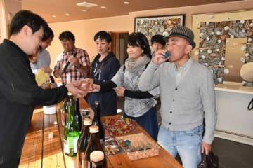 佐藤焼酎製造場で焼酎を試飲する参加者