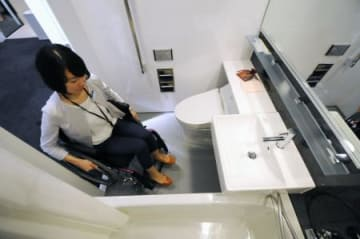 Wheelchair-friendly hotel bathroom design