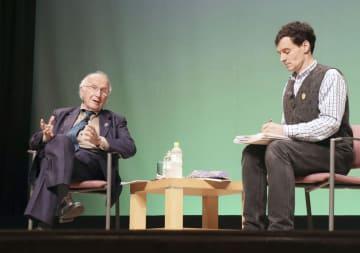 対談するロアルド・ホフマンさん(左)とアーサー・ビナードさん=16日午後、長崎市