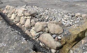 駿府城跡で発見された、豊臣方が築いた天守があったことを示す石垣=16日午後、静岡市
