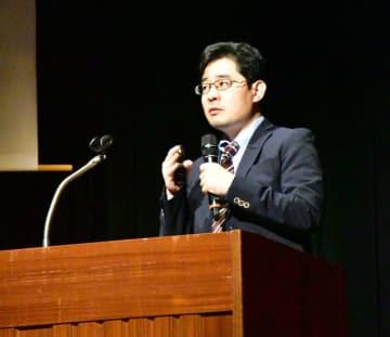 尊厳死の捉え方について語る板井教授