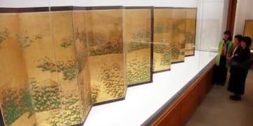 新たに展示された藤袴図屏風に見入る来館者
