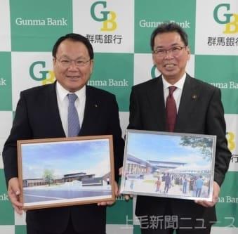 記者会見した(左から)斎藤頭取と亀山市長