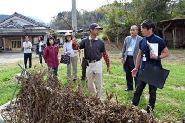 民泊に関心のある住民らが地域の農園などを巡った三股町の体験ツアー=10月、同町樺山