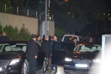トルコ・イスタンブールのサウジアラビア総領事館の捜査後、現場を離れるサウジ当局者ら=16日(ゲッティ=共同)