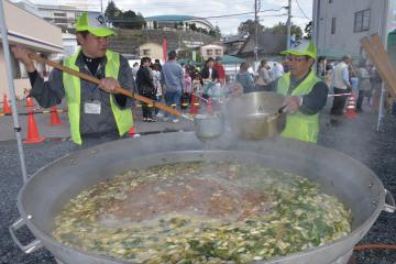 鉾田市産の野菜をふんだんに使った汁もの1000食が安価で振る舞われた「鉾田うまかっぺフェスタ」=同市鉾田